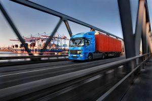 LKW mit Container im Hamburger Hafen – © thomaslerchphoto - Fotolia.com